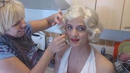 Nejen Simona Krainová se stylizuje do Marilyn Monroe.