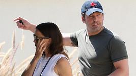 Jennifer Garner utírá slzy.