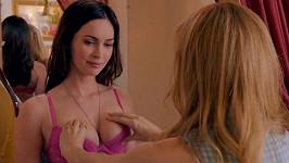 Leslie Mann v komedii Čtyřicítka na krku obdivuje pevné poprsí Megan Fox.