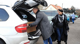 Nákup byl tak veliký, že se málem nevlezl do kufrů obou terénních vozů Tomáše a Vlaďky.