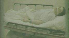 Bezvládné tělo Michaela Jacksona.