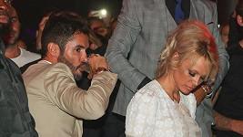 Pamela Anderson v Cannes s Jeanem-Bernardem Fernandezem-Versinim.