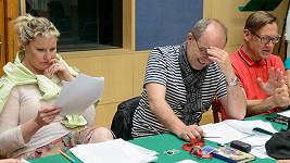 Luboš Veselý a David Matásek během natáčení rozhlasového seriálu Vrahovice. Na snímku ještě Marika Procházková (manželka Karla)