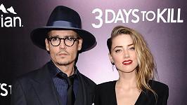 Johnny Depp holduje drsné erotické literatuře.