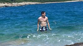 Daniel Mrózek si užívá moře.
