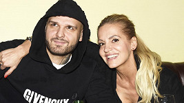 Zpěvačka vyvrátila, že by duetem s expartnerem na internetu provokovala.