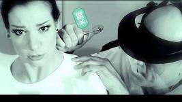 Marta Ondráčková ve futuristickém videoklipu.