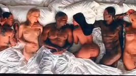 Kanye West si v novém klipu dost troufá...