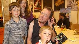 Oldřich Vízner se třemi dětmi: Albertem, Anežkou a Františkem