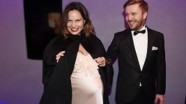 Eliška Kaplický Fuchsová se snoubencem Jozefem na filmové premiéře