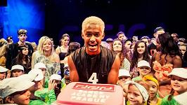 Yemi slavil narozeniny své taneční školy.
