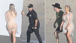Kim Kardashian pracovala nahá na pláži v Malibu.