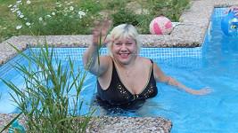 Marie se v létě chladí nejraději u bazénu.