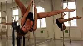 Eva Čerešňáková cvičí u tyče