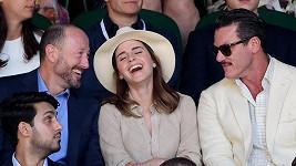 Na Wimbledonu Emmu Watson bavili kolegové John Vosler (vlevo) a Luke Evans, na dovolené v Mexiku jí dělá společnost sympatický podnikatel.