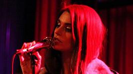 Aimee Osbourne během svého prvního koncertu v Brooklynu.