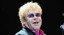 Elton John na svou matku nadobro zanevřel.