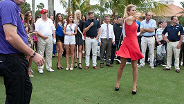Donald Trump upřeně sledoval Českou Miss zezadu.