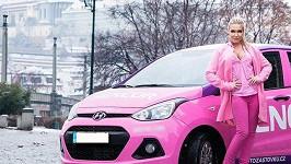 Dominika Myslivcová se svým růžovým vozítkem