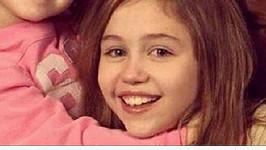 Miley s otcem Billy Jay Cyrusem a sestroiu Noah.