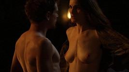 V novém seriálu Godless. předvede Michelle Dockery svá ňadra.