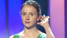 Marie Doležalová v roztomilých šatičkách a s čelenkou ve vlasech vypadá jako školačka.
