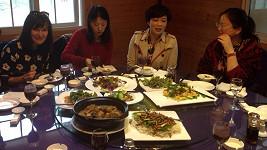 Během oběda s manželkou majitele továrny na výrobu hedvábí Beata poobědvala larvy.