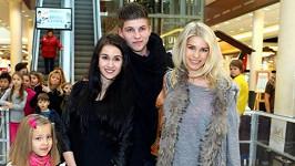 Romana Jákl Vítová (vpravo) s bratrem Petrem a jeho přítelkyní