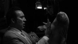 Nicolase Cage natáčení filmu Dog Eat Dog asi dost bavilo...