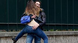 Kelly Brook se v Paříži věšela na přítele Jeremyho.