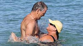 Pierce Brosnan s manželkou Keely Shaye Smith na Havaji