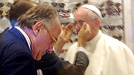 Papeži s výběren brýlí pomáhal majitel optiky.