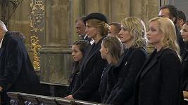 Dominika Gottová (vpravo) na zádušní mši za Karla Gotta