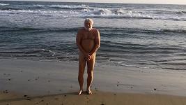 Josef Klíma na pláži na Kanárských ostrovech