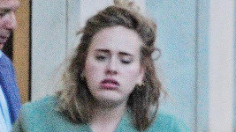 Adele při odchodu z luxusní londýnské restaurace