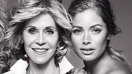 Jane Fonda je o 47 let starší než Doutzen Kroes.