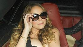 Mariah si chtěla výstřih pojistit rukama, udělala ovšem přesný opak.