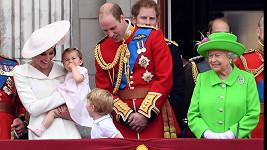 Charlotte a George dělají královně samou radost.