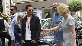 Jamie Dornan dorazil do Varů v dobré náladě...