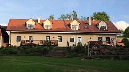 Původní zemědělské stavení Petr Janda zrekonstruoval a rozšířil. Z původní stodoly (vlevo) je nyní bar s terasou a další dva apartmány.