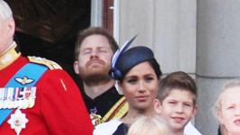 Vévoda a vévodkyně ze Sussexu Harry a Meghan na balkoně Buckinghamského paláce během Trooping the Colour