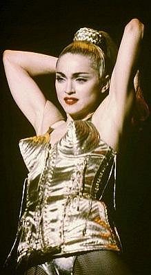 Madonna v roce 1990 v kostýmu, který se stal legendárním.