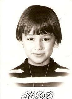 Přestože v dětství vypadala jako chlapeček, v dospělosti se z ní stane jedna z nejkrásnějších dýdžejek planety.