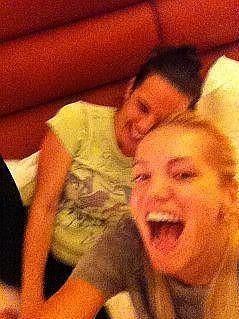 Dara řádí s Evou o půlnoci na hotelovém pokoji.