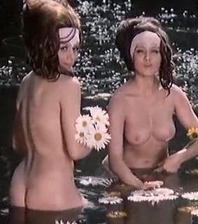 Naďa Urbánková a Jaroslava Obermaierová se koupou nahé v romantické pohádce Radúz a Mahulena.