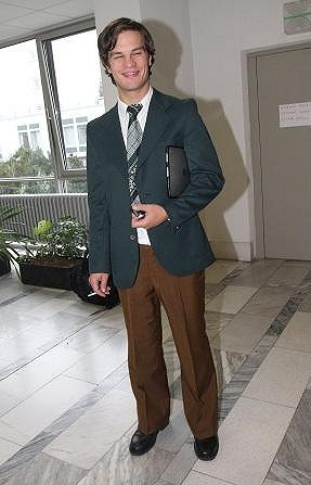 David v kostýmu v seriálu Vyprávěj.
