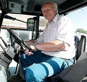 Jaromír Jágr starší za volantem svého traktoru.