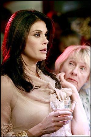 Kathryn Joosten s hereckou kolegyní Teri Hatcher v Zoufalých manželkách.