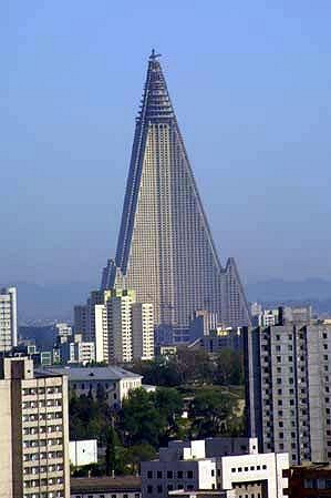 Hotel Rjugjong se tyčí vysoko nad okolní budovy.