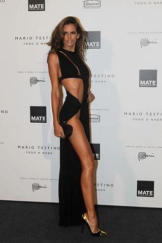 Šaty zrůraznily modelčiny nekonečně dlouhé nohy.